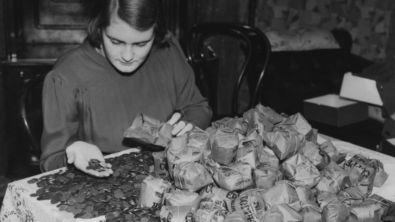 Counting farthings in London, 1939