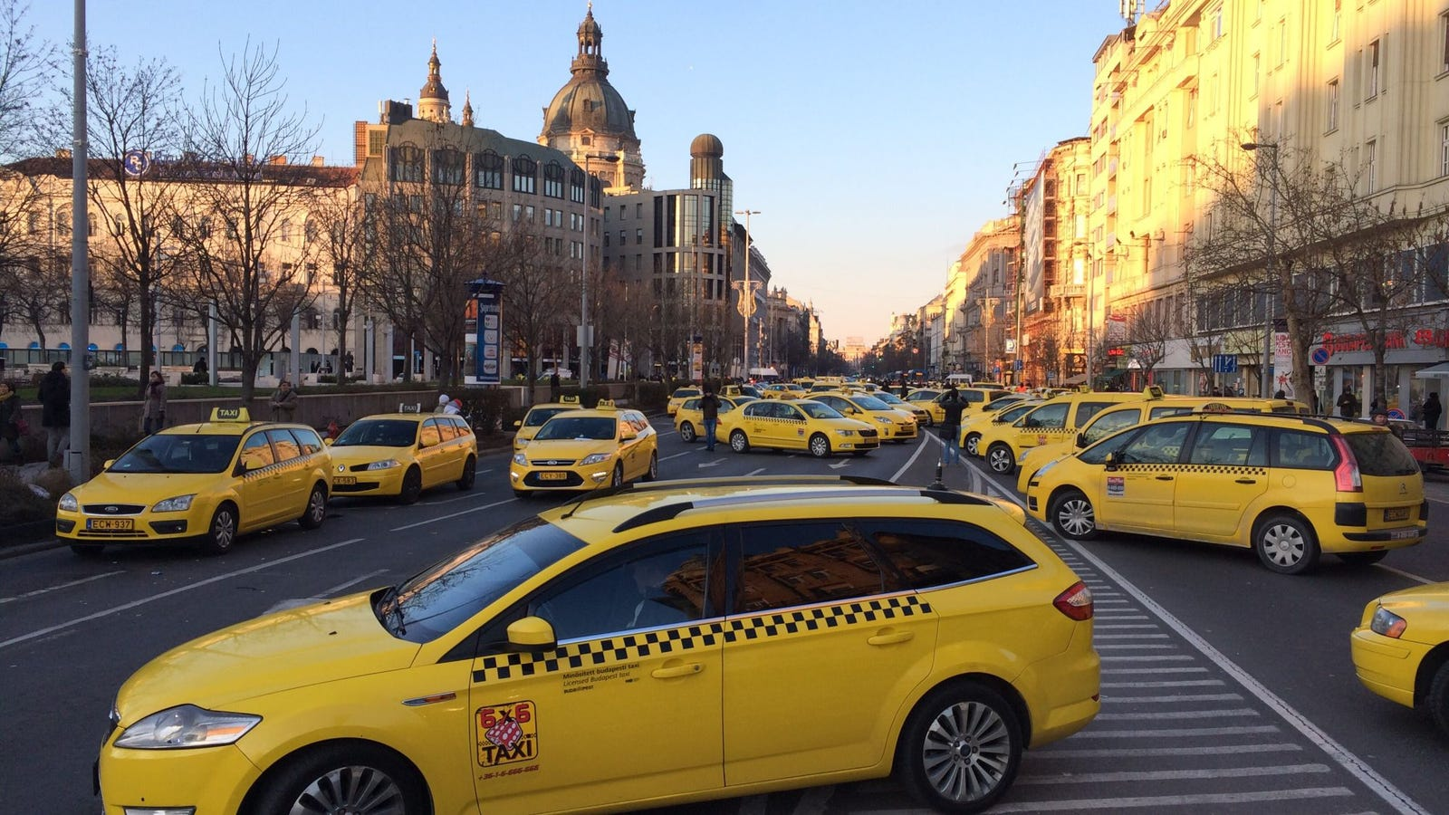 taxi drivers shut down the city demanding uber to be banned in budapest. Black Bedroom Furniture Sets. Home Design Ideas