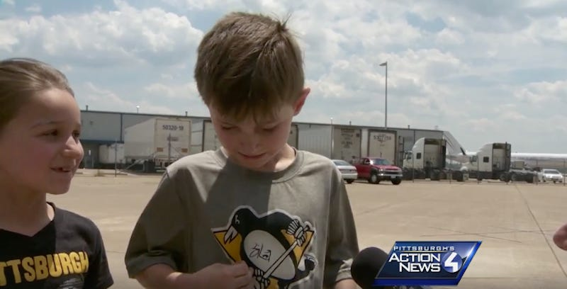 Illustration for article titled Little Penguins Fan Gets Sidney Crosby's Autograph, Can't Handle It