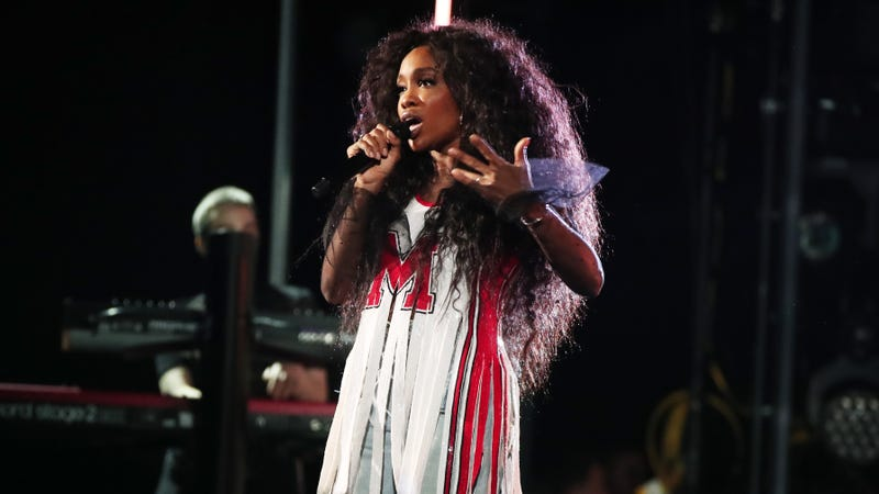 SZA performing at the Grammys / Image via Getty