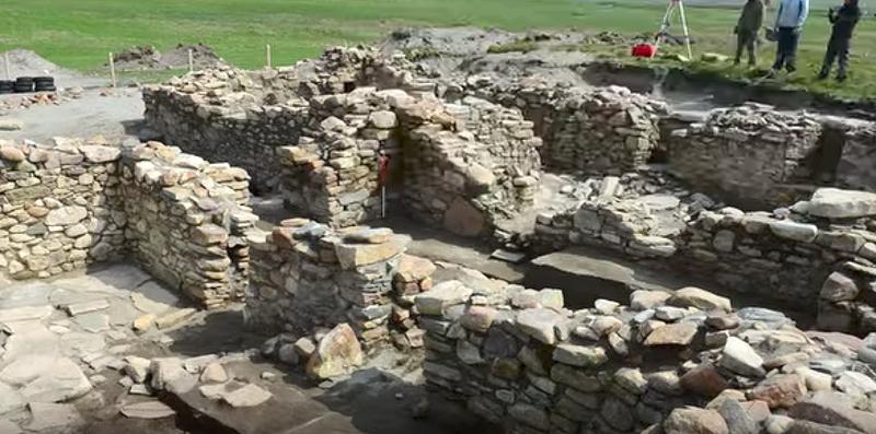 Illustration for article titled Arqueólogos revelan el misterio de Broo, la aldea que desapareció bajo una montaña de arena en plena Escocia