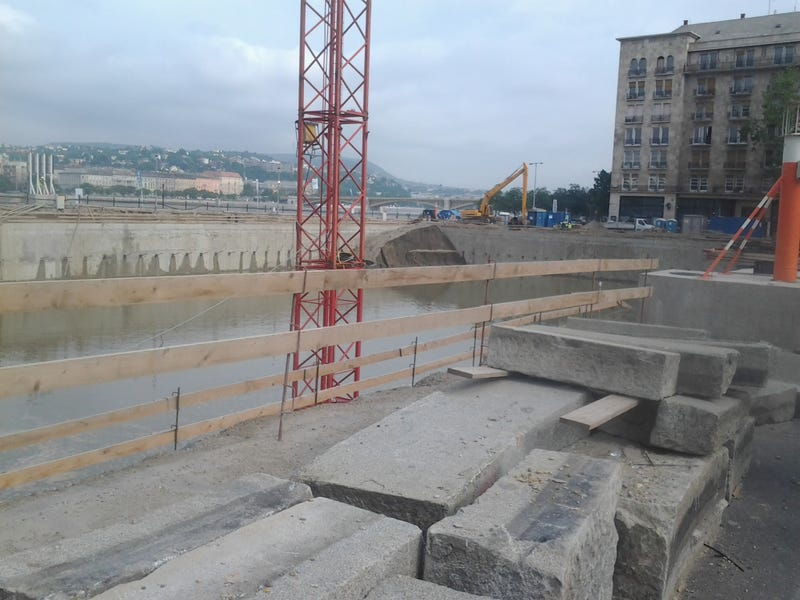 Illustration for article titled Beleomlott a rámpa a Kossuth téri új betontóba