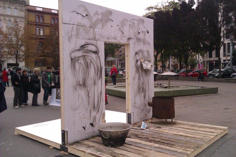 Illustration for article titled Mi ez a furcsa kályhás-vájlingos installáció a Blahán?