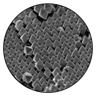 Illustration for article titled Scientist Designs Nanoparticle Optics That Self-Assemble