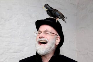 Illustration for article titled Meghalt Terry Pratchett, a világ legviccesebb fantasyírója
