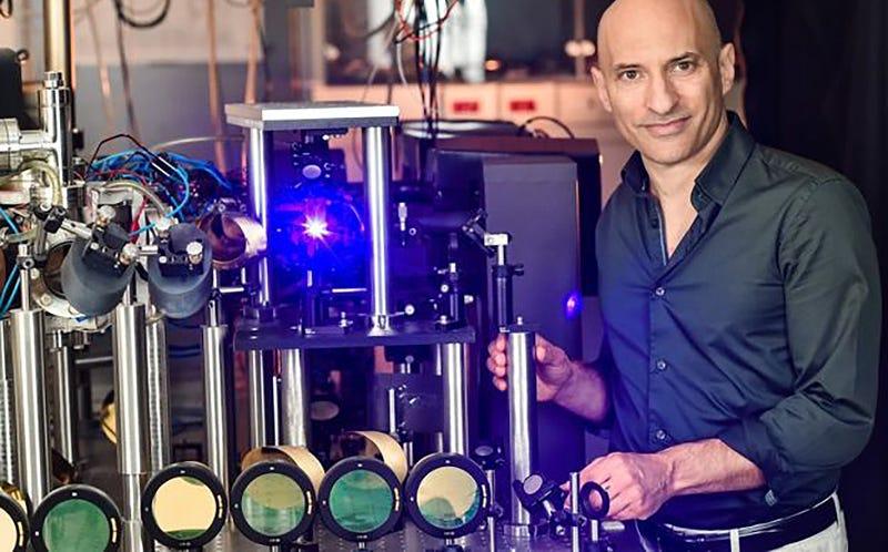 El profesor Jeff Steinhauer junto a la instalación utilizada para crear agujeros negros de sonido. Foto: Technion