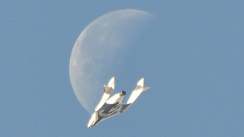Illustration for article titled This unbelievable image of Virgin Galactic's SpaceShipTwo is 100% real