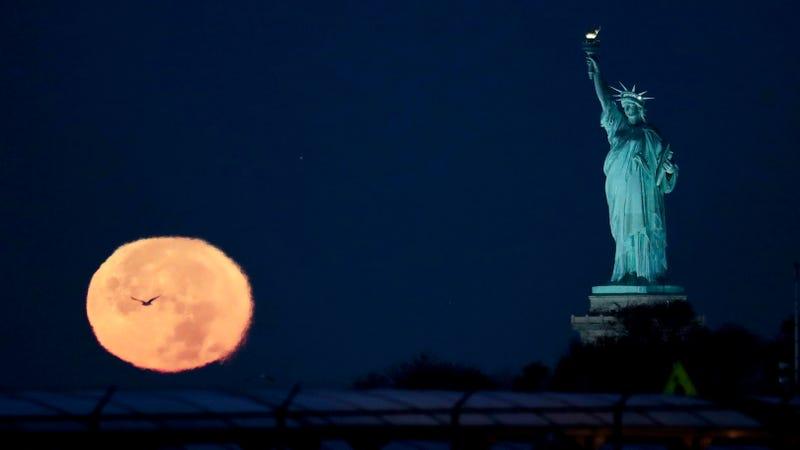 La superluna cerca de la Estatua de la Libertad, en Nueva York. Imagen: Julio Cortez / AP