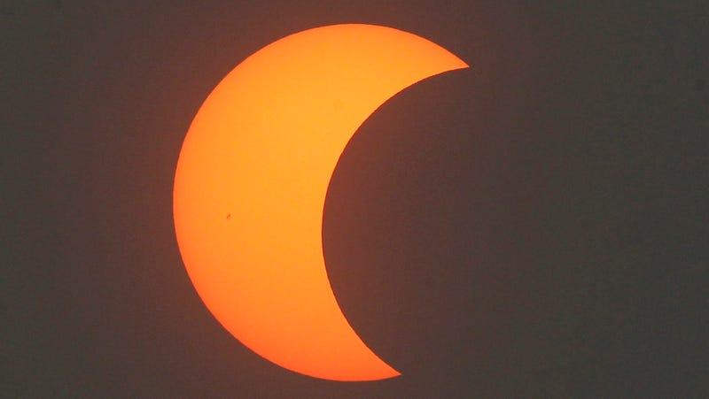 Cómo ver hoy el mayor (y problemático) eclipse solar desde 1999