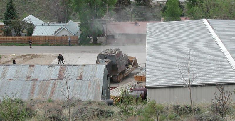 Imagen: el buldócer de Marvin en plena batalla. AP