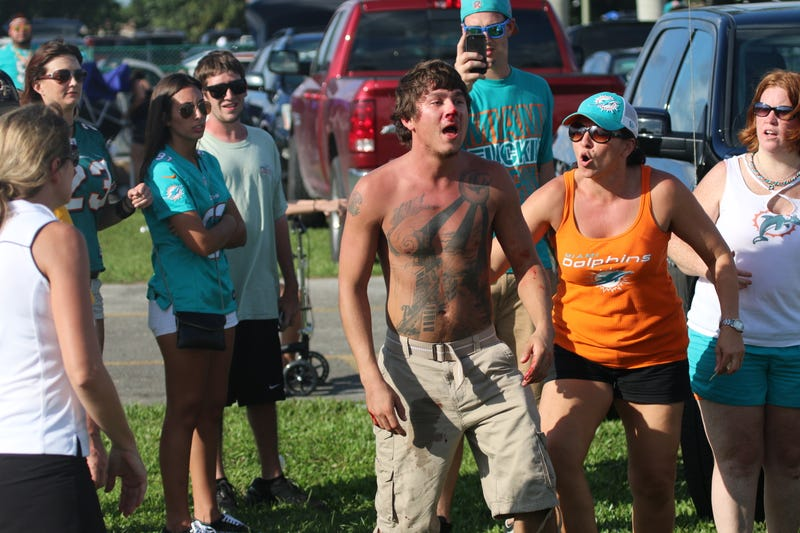 Illustration for article titled Photos: Dolphins, Packers Fans Brawl In Parking Lot