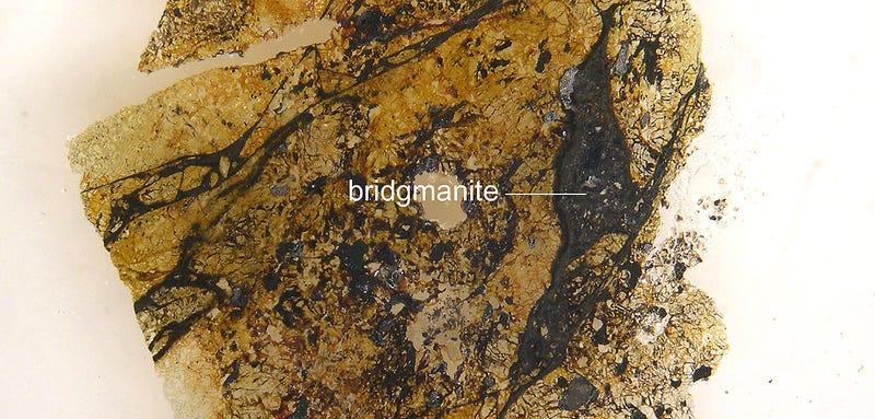 El mineral más abundante y desconocido de la Tierra ya tiene nombre