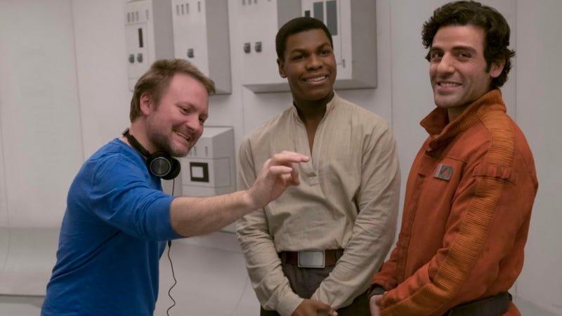 Rian Johnson junto a John Boyega y Oscar Isaac, durante el rodaje de The Last Jedi.