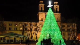 Illustration for article titled Cash-Strapped Lithuanian Town Creates Beautiful Plastic Bottle Christmas Tree