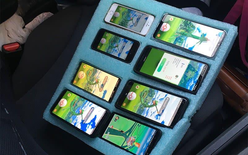 Illustration for article titled La policía encuentra a un hombre jugando a Pokemon Go en ocho teléfonos en su auto
