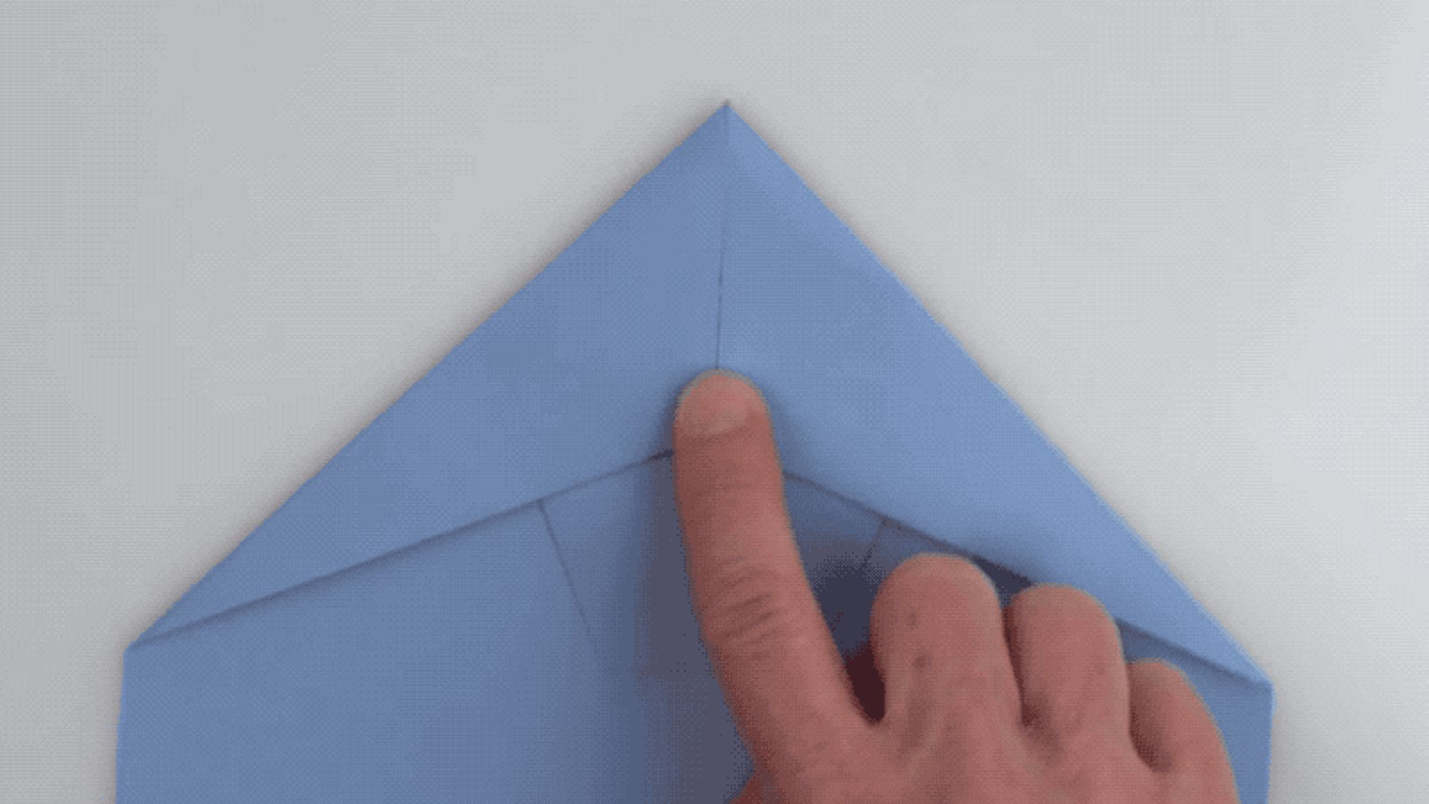 Cómo hacer el avión de papel perfecto, según el campeón mundial de distancia con aviones de papel
