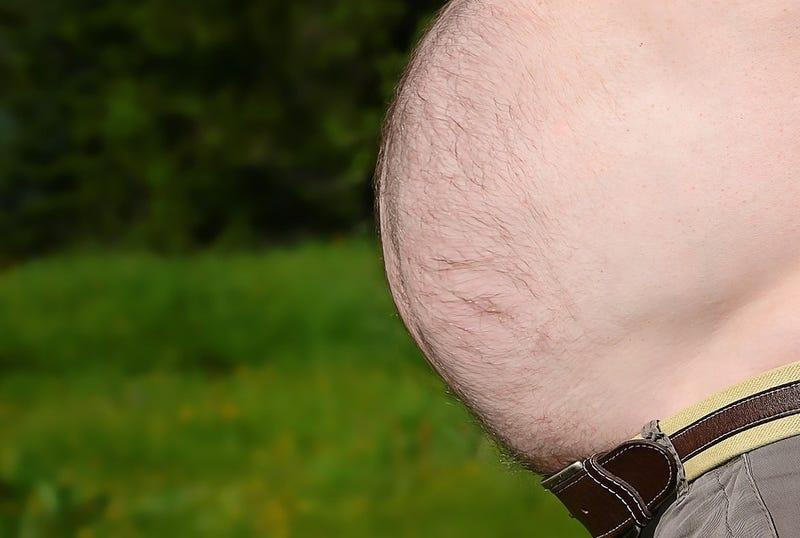 Illustration for article titled Por qué los hombres tienen barriga cervecera, y por qué no deberías dejar que siga aumentando