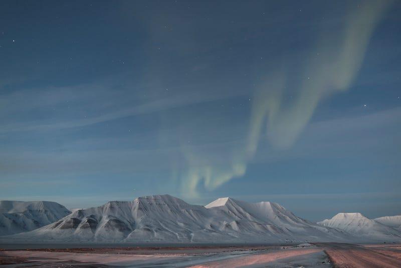 Polárna žiara nad nórskym pohorím Adventtoppen