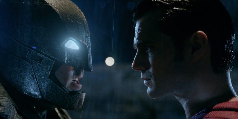 Illustration for article titled Esto es lo que sale al unir los tráilers de Batman v Superman: un spoiler de once minutos