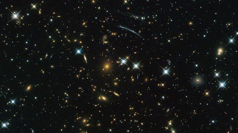 Imagen del telescopio Hubble de cúmulos de galaxias y estrellas, incluyendo el cúmulo PLCK G004.5-19.5 descubierto por Planck.