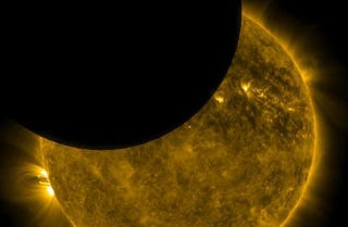 Illustration for article titled ¿Cómo y a qué hora se podrá ver el eclipse solar este domingo?