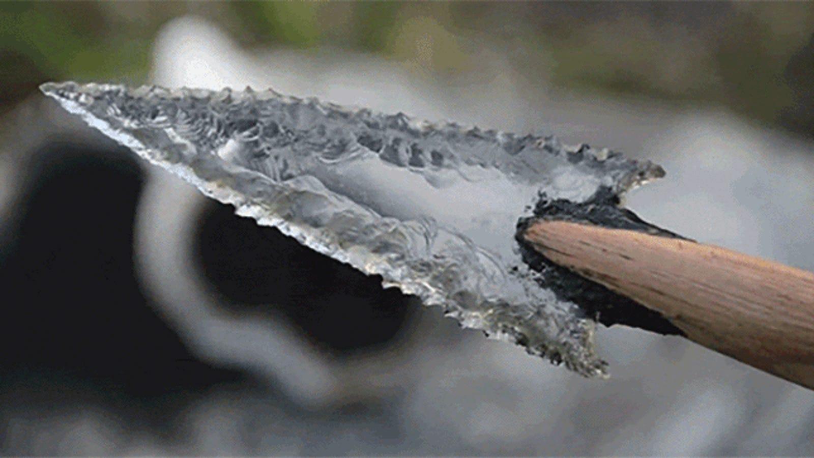 Cómo tallar puntas de flecha de cristal a partir de una botella y casi sin herramientas