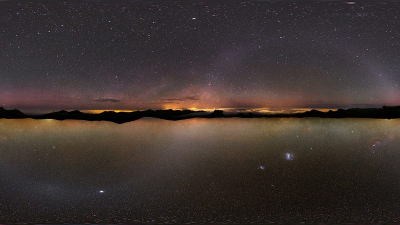 Illustration for article titled Awesome image gives you two night skies for the price of one