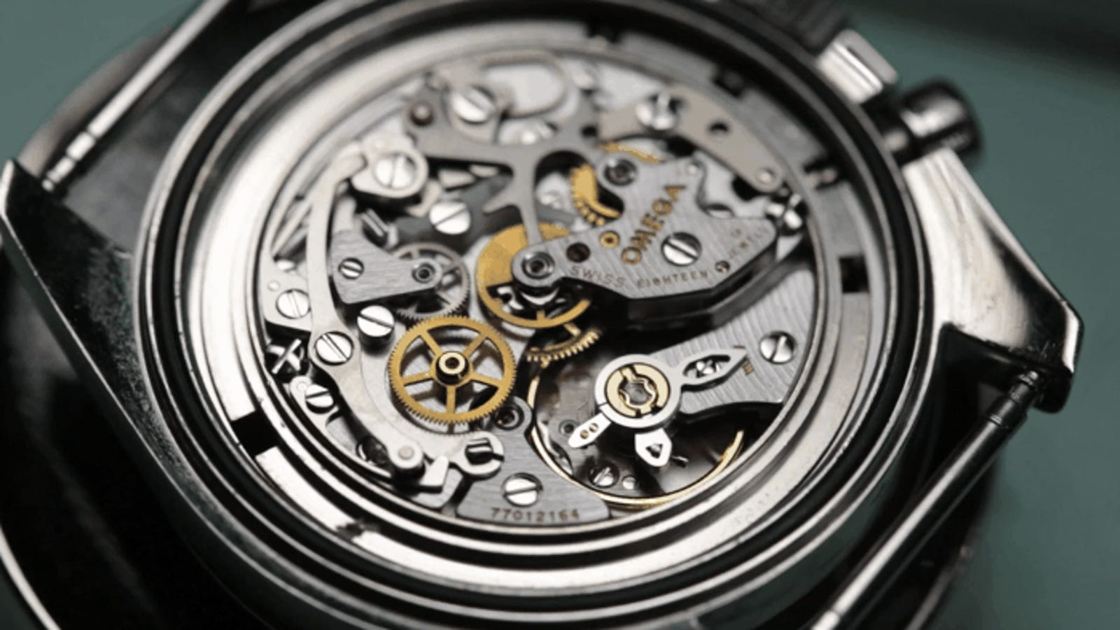 El delicado y fascinante proceso de hacer mantenimiento a un reloj mecánico suizo