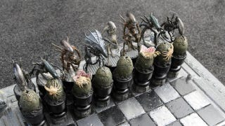 Illustration for article titled This Alien versus Predator chessboard was built for chessboxing