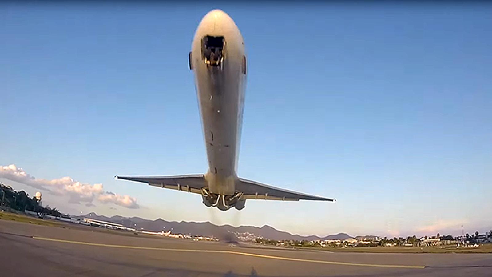 El espectacular despegue de un avión en la isla de San Martín grabado a pie de pista