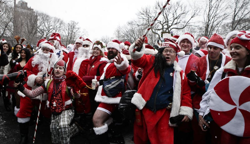 Illustration for article titled Thousands of Santas Take Part In Annual Bar Crawl Thru NYC