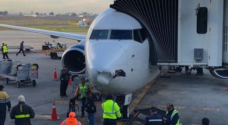 Illustration for article titled Así quedó el morro de un Boeing 737 comercial tras el impacto con un dron cuando iba a aterrizar