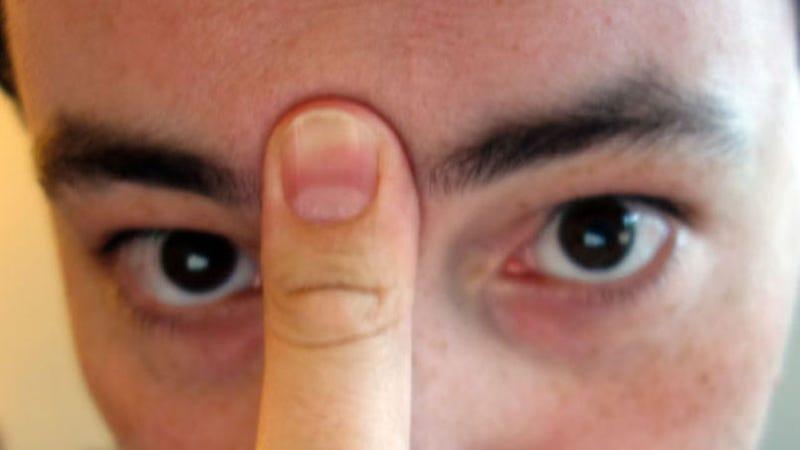 Illustration for article titled Cómo limpiar una nariz taponada en 20 segundos con tan solo la lengua y el pulgar