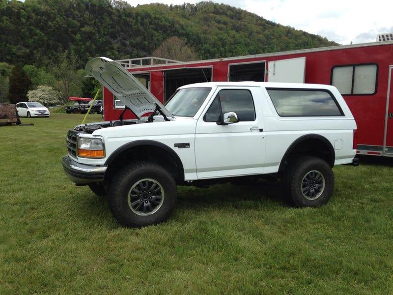 Dieser 400 HP Ford Bronco auf einem Raubvogel-Rahmen ist eine Arbeit ...