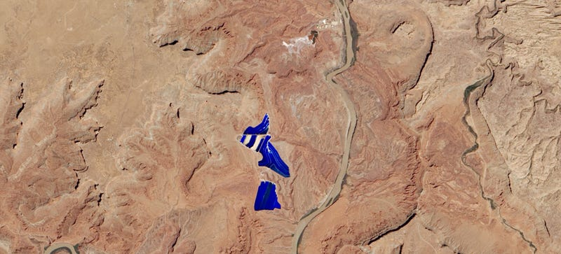 Illustration for article titled Why There's an Electric Blue Lake in the Middle of the Utah Desert