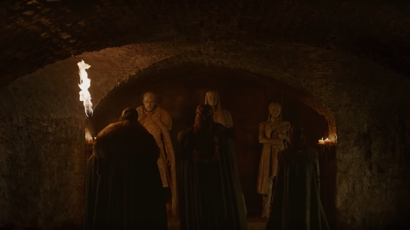 Los hermanos Stark miran las estatuas en hechas en su imagen.