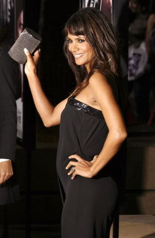 Illustration for article titled Halle's Baby Bump Upstages Expensive Clutch