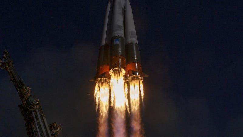 """Illustration for article titled Cómo es caer 50 kilómetros a la Tierra después de que tu cohete falle y sobrevivir al """"viaje"""", según uno de los astronautas de la Soyuz"""
