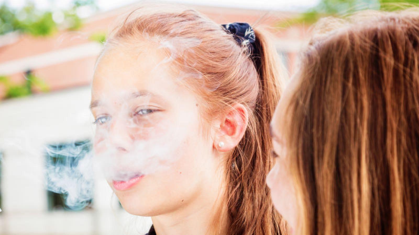 Todo lo que necesitas saber sobre el Juuling, el vapeo alto en nicotina de moda entre los adolescentes
