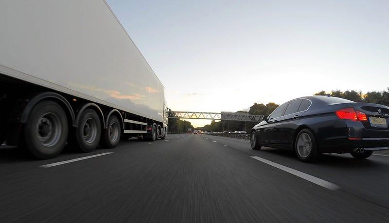 Illustration for article titled Por qué nunca deberías conducir junto a un camión grande