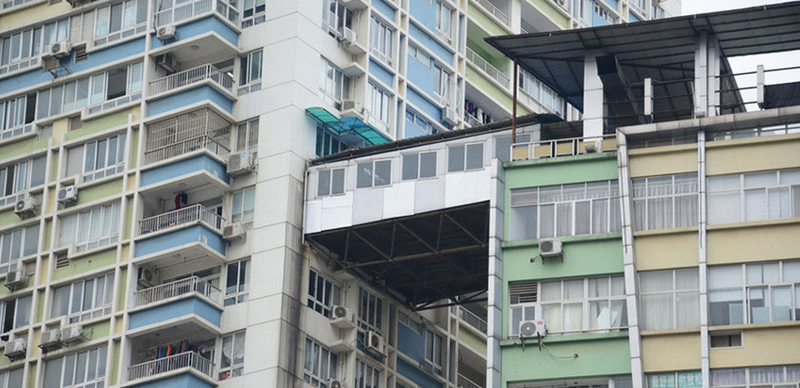 Illustration for article titled This Rickety Bridge Between Two High-Rises in China Can't Be Legal
