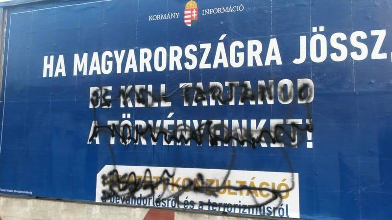 Illustration for article titled Éjjel több plakátrongálót is bevittek a rendőrök (frissítve!)