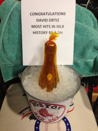 Illustration for article titled David Ortiz Got Champagne And A Sad Note On His Record-Breaking Night