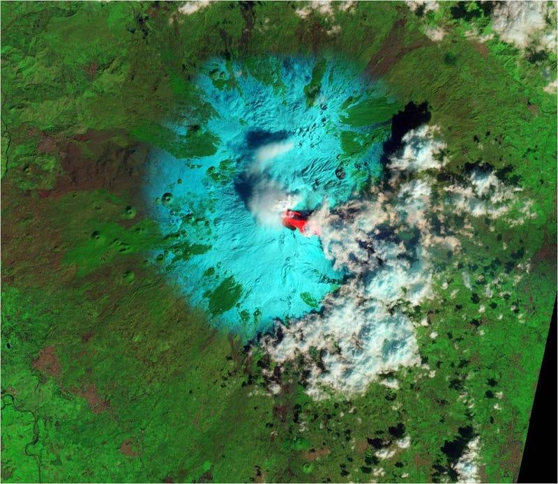 Illustration for article titled El temido volcán Etna despierta de nuevo, así se ve desde el espacio