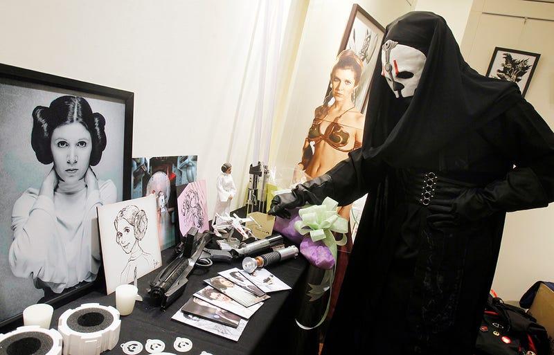 Un entusiasta de Star Wars disfrazado de Darth Nihilus llora la muerte de Carrie Fisher en Taiwán. Foto: AP