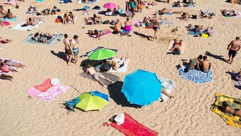 Illustration for article titled Por qué deberías llevar siempre una toalla extra a la playa