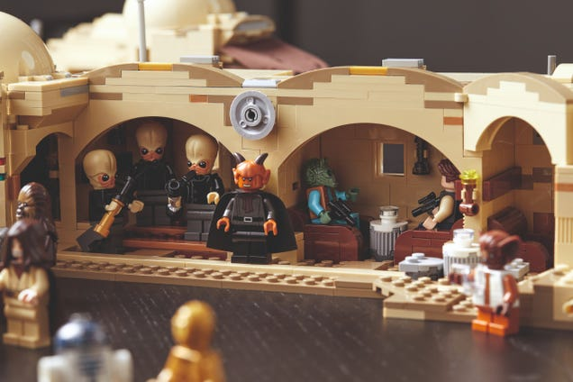 Lego s Mos Eisley Cantina Set Is Filled With Scum and Villainy (and Bricks)