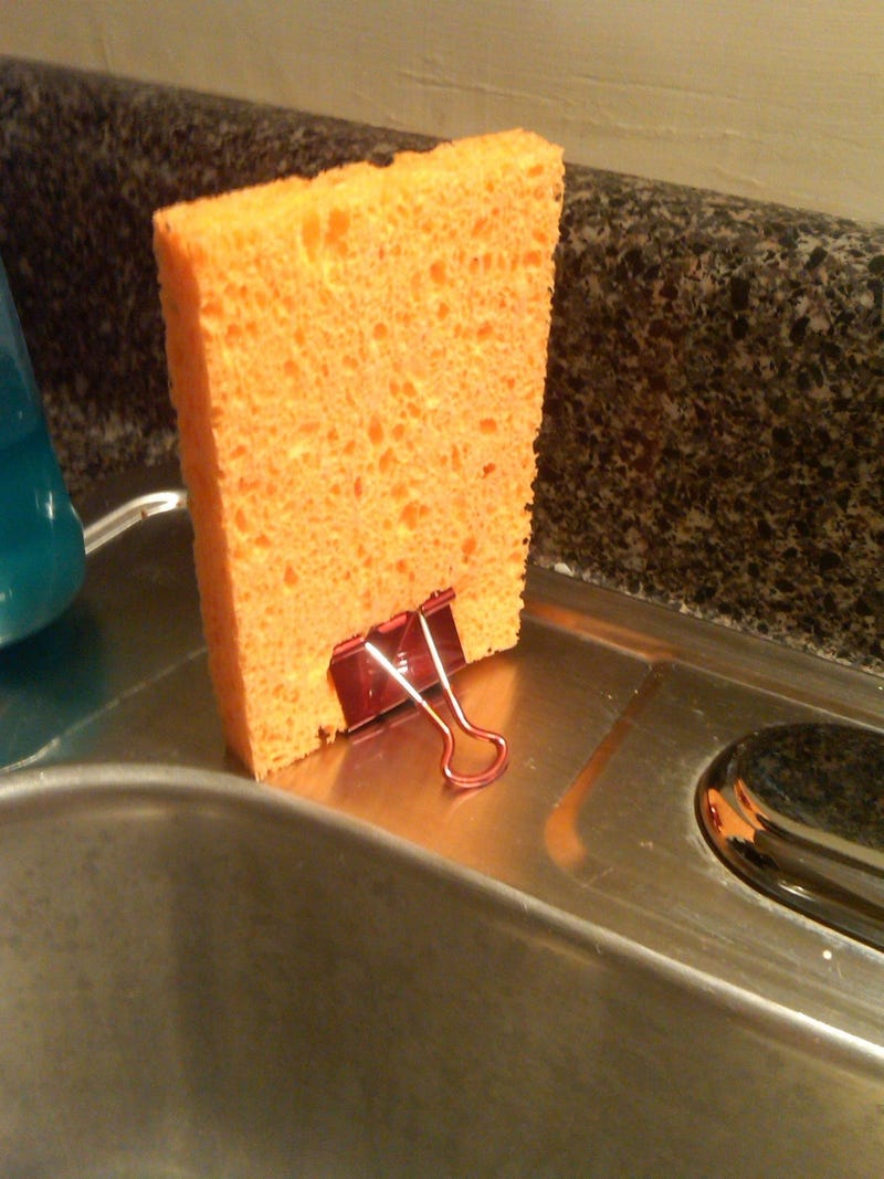 Illustration for article titled Keep Your Kitchen Sponges Dry and Grime-Free with Binder Clips