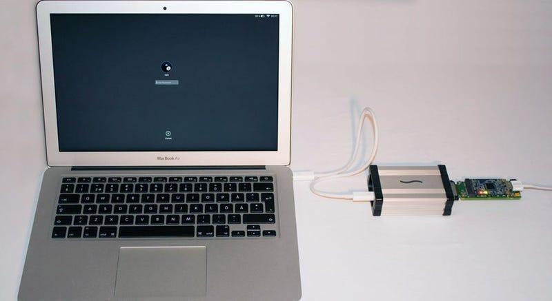 Illustration for article titled Este sencillo dispositivo Thunderbolt roba la contraseña de un Mac en reposo en solo 30 segundos
