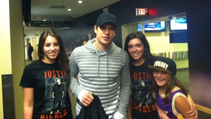 Illustration for article titled Swaggy Bro Sidney Crosby Was At The Justin Bieber Concert Last Night